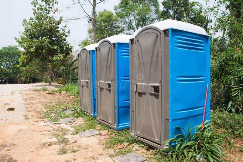 Urinóis azuis do porto ou toaletes portáteis imagem de stock