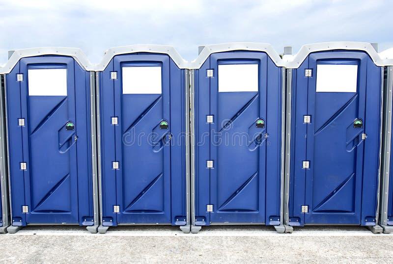 Urin?is de Porta, toaletes port?teis imagens de stock royalty free