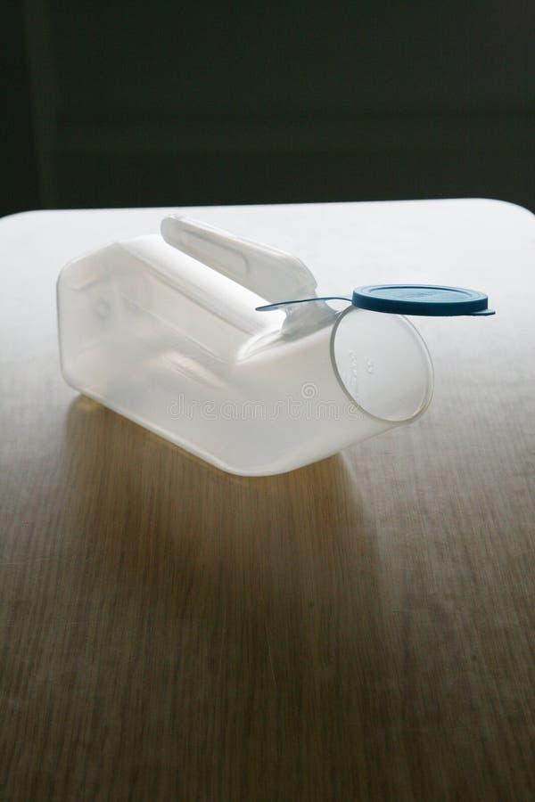Urinal auf einer Tabelle lizenzfreies stockbild