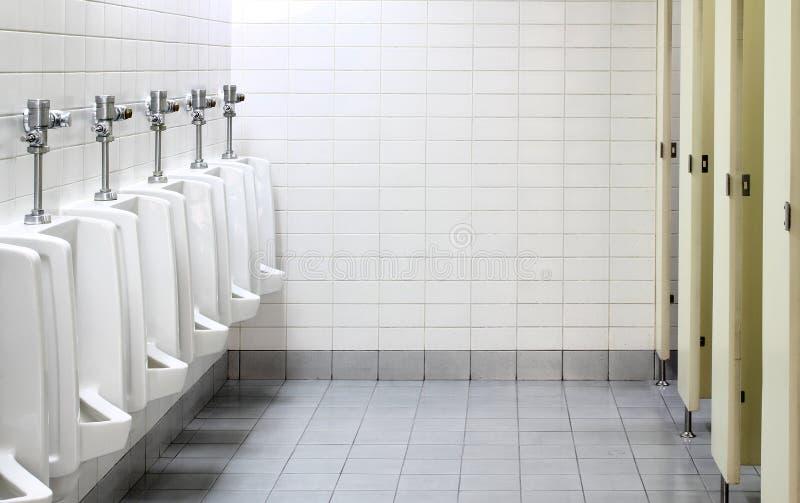 Urinals no toalete público imagens de stock
