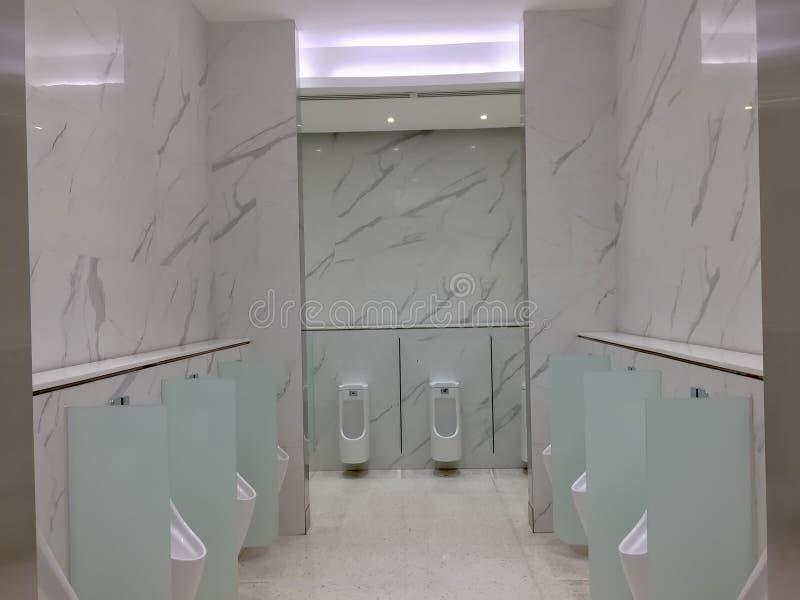 Urinoir Blanc De Toilette Dans Les Toilettes Modernes ...
