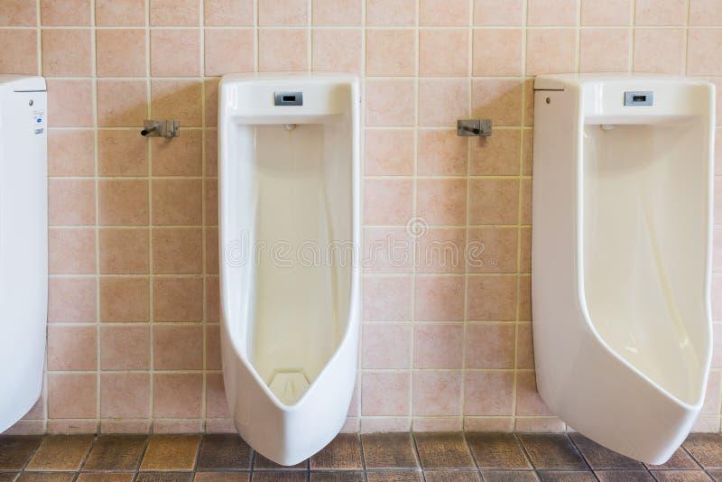 Urinoirs dans un vieux bâtiment pour les hommes photos libres de droits
