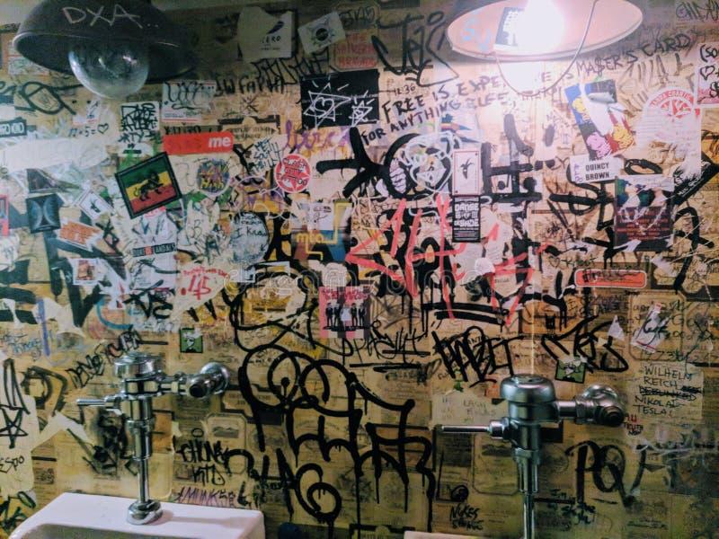 Urinoirs met Graffiti royalty-vrije stock afbeelding