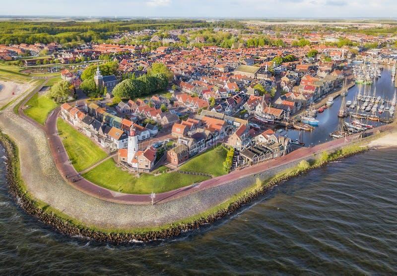 Urk со своим маяком, небольшой прибрежной деревней на IJsselmeer в Нидерланд стоковые изображения
