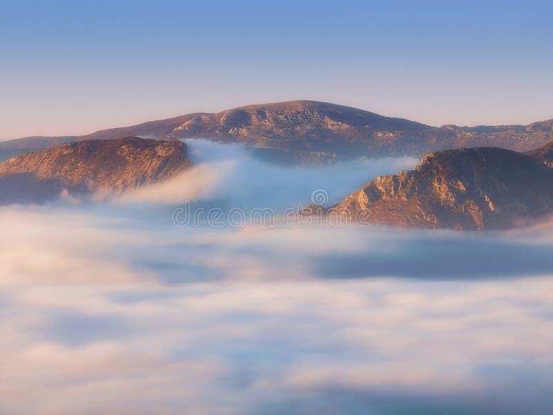 Urkiola en Gorbea-bergen met mist bij ochtend stock foto's