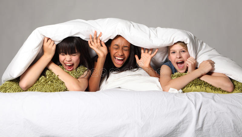 Urkomisch Gelächterspaß an der Jugendschlummerparty lizenzfreies stockfoto