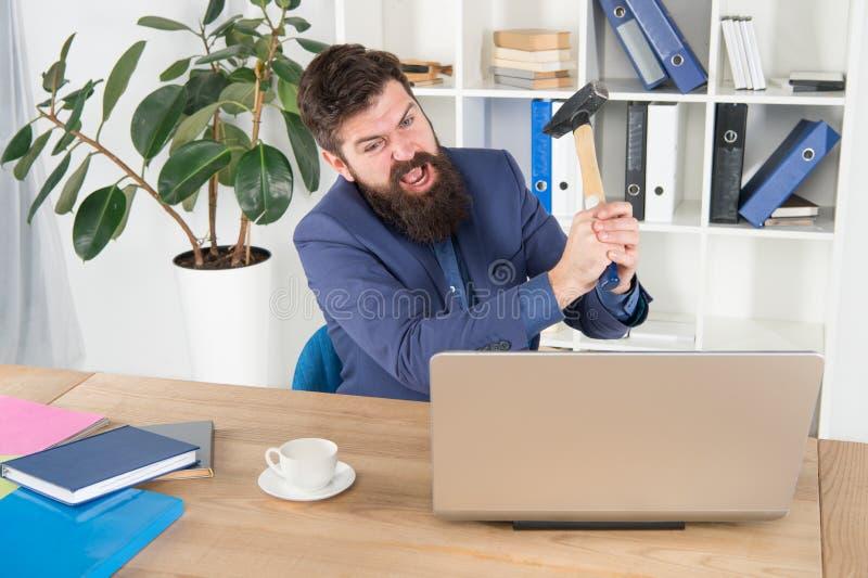 Urla risolvere alcuni problemi aziendali Virus del ritardo del computer imprenditore o dirigente arrabbiato con Sledgehammer aggr fotografie stock