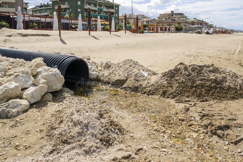 Urladdning av kloak in i havet arkivfoto