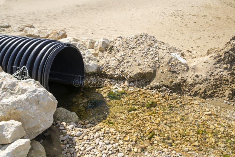 Urladdning av kloak in i havet royaltyfria bilder