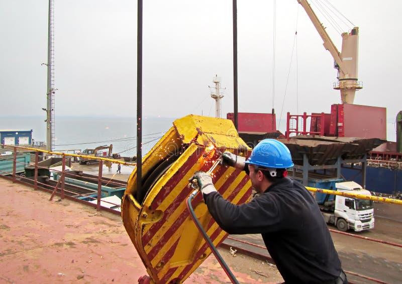 Urladdning av lastrestmetall från lastfartyget i porten av Iskenderun, Turkiet En närbildsikt av lastrest på däcket fotografering för bildbyråer
