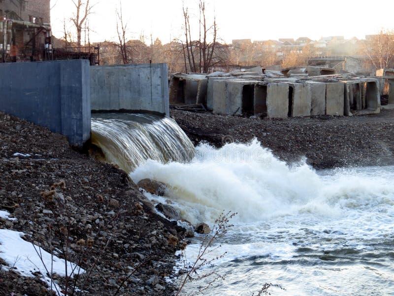 Urladdning av vatten på en lantlig fördämning arkivbilder