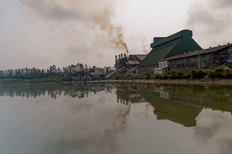 Urladdning för fabrik och för förlorat vatten royaltyfria foton