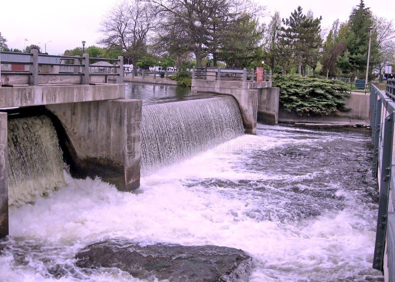 Urladdning för vatten för nedgångar för Rideau kanalsmeder från fördämningen Maj 2008 royaltyfri foto