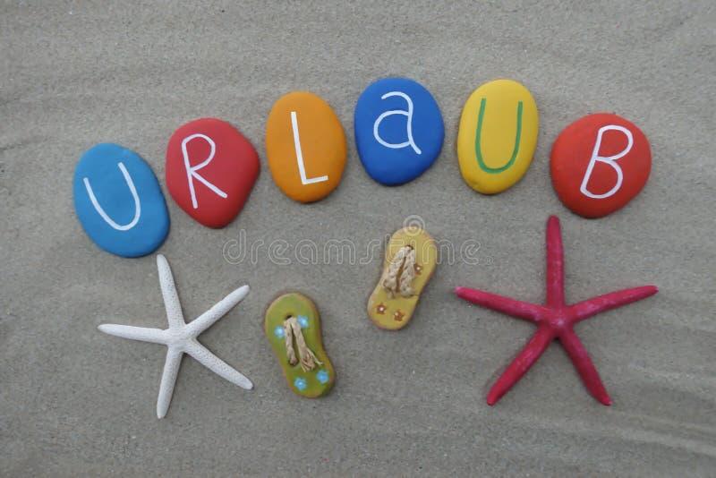 Urlaub, Ferien in der deutschen Sprache mit farbigen Steinen stockfotografie