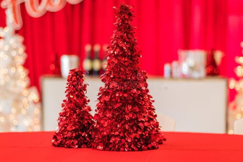 Urlaubsparty im roten und weißen themenorientierten Dekor, roter Lamettabaum im Fokus stockbilder