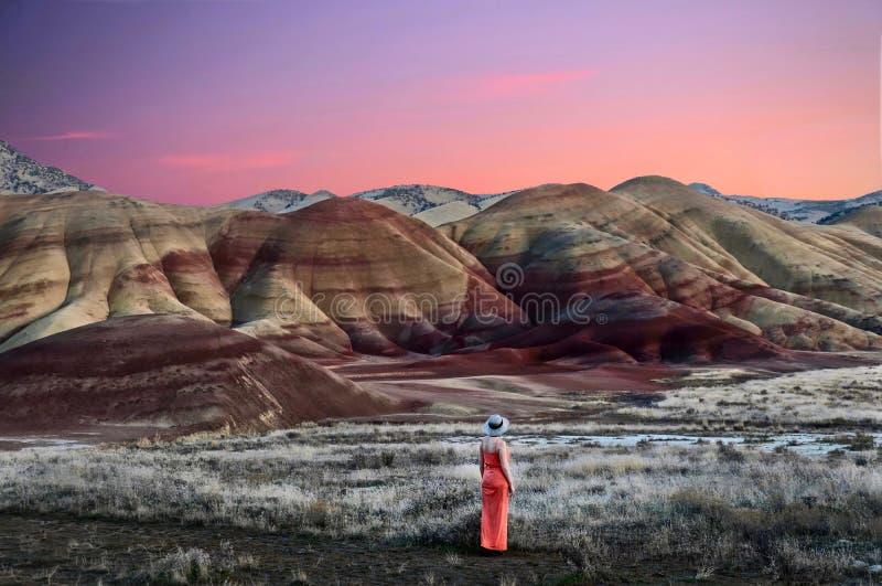 Urlaubsreise in Oregon Frau, welche die Ansicht von schönen gemalten Hügeln bei Sonnenuntergang genießt lizenzfreie stockfotografie