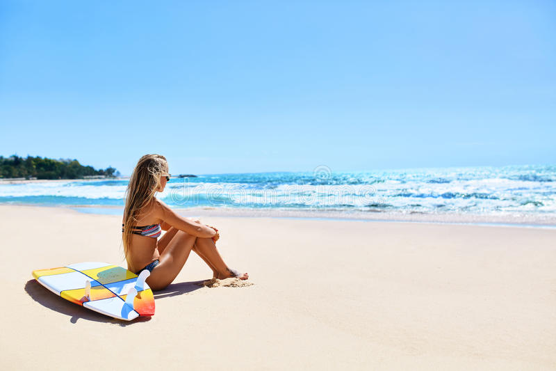 Urlaubsreise Surfer-Frauen-Sommer-Strand entspannen sich Surfbrett, surfend stockbilder