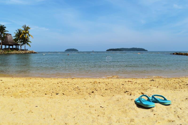 Urlopowa lato plaża z kapcia tłem fotografia stock
