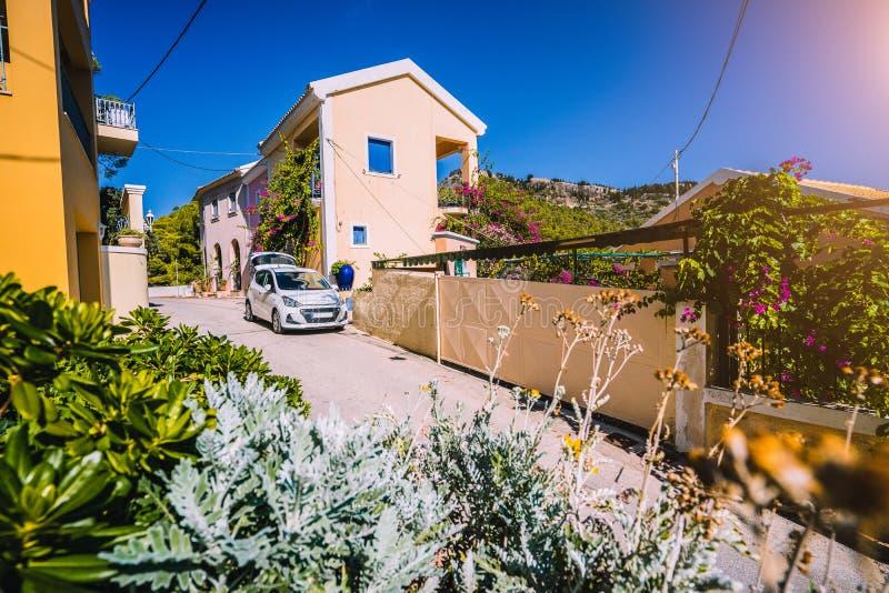 Urlopowa podróż z samochodowym pojęciem Wynajem zatrudniał samochód w wąskiej malowniczej ulicie mały grecki miasteczko Odkrywa Ś fotografia royalty free