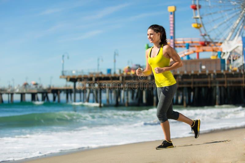 Urlopowej podróży kobiety cardio ćwiczenie na plażowym jogging napadu cienkim szczupłym ciele molem obraz stock