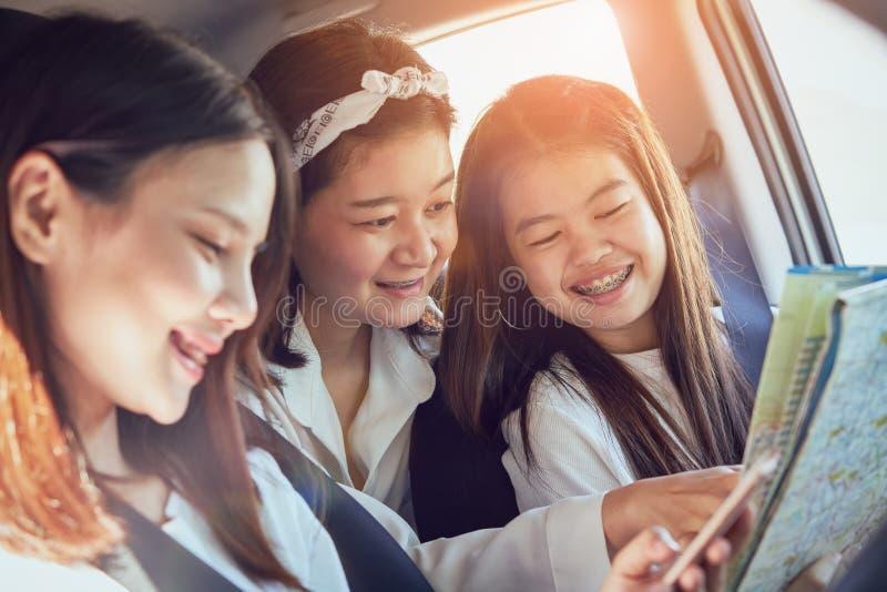 Urlopowy czas i podróż, trzy pięknych młodych kobiet rozochoconej podróży dla relaksującego wakacje wpólnie zdjęcie stock