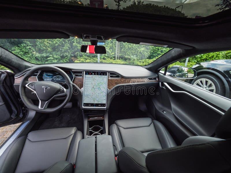 Urmond, PAÍSES BAJOS - 31 de mayo de 2018: Interior de lujo de cuero del modelo S 100D del coche eléctrico TESLA Interior del mod fotografía de archivo libre de regalías