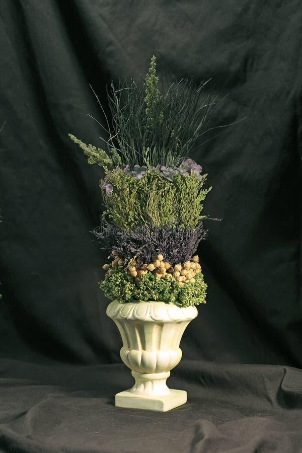 Urn com arranjo floral imagem de stock