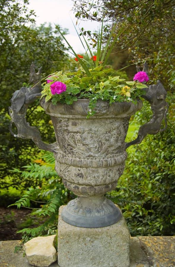 Urn de pedra bonito com flores fotografia de stock royalty free