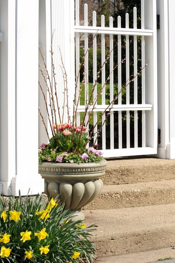 Urn do jardim e porta branca imagens de stock