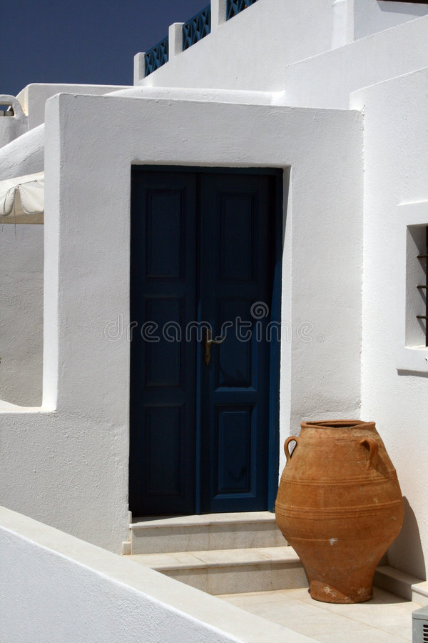Urn e porta - Santorini imagem de stock royalty free
