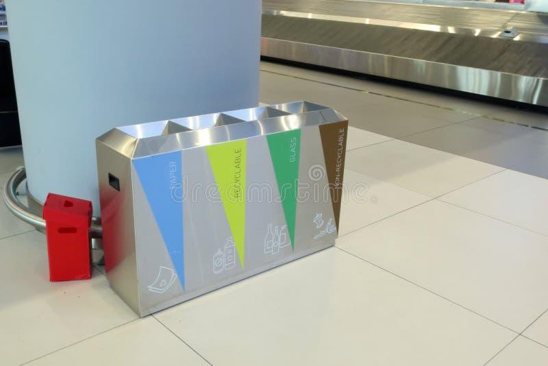 Urn för separat insamling av sopor på en offentlig plats royaltyfri foto