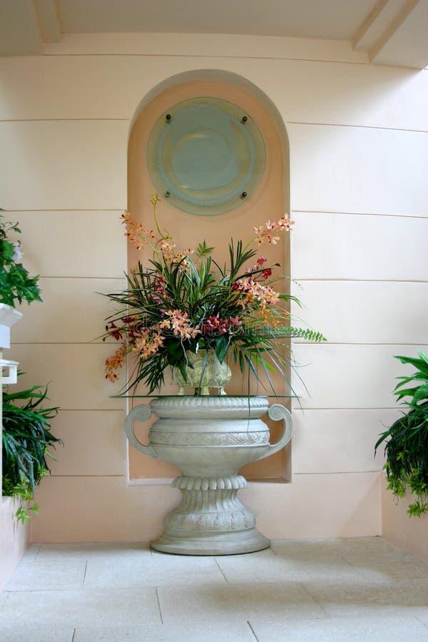 Urn grego com flores corais fotografia de stock royalty free