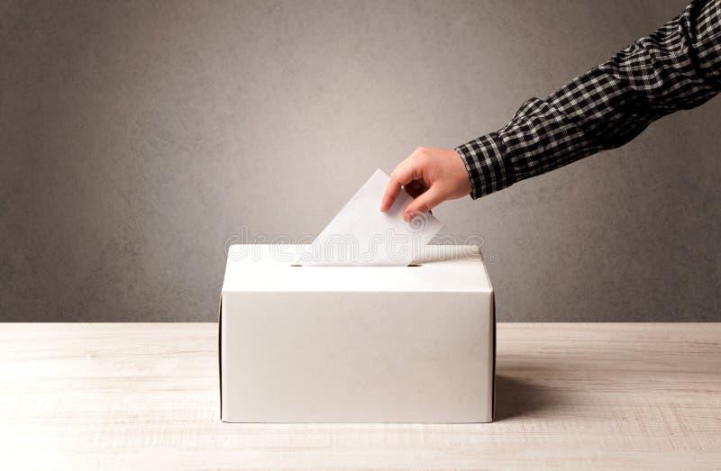 Urna con il voto della persona fotografie stock libere da diritti