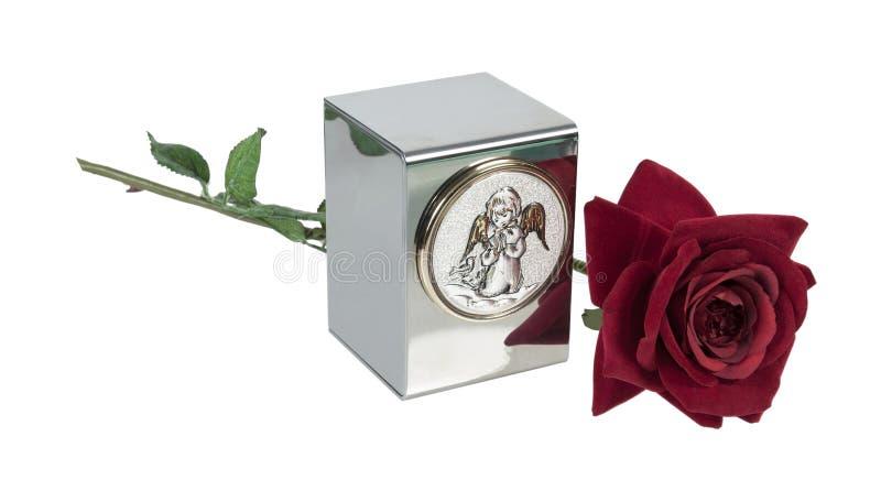 A urna da criança com Angel Image e a Rosa imagem de stock