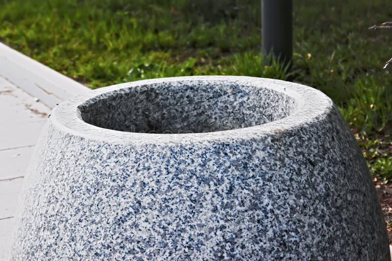 Urna dalla pietra naturale nel parco fotografia stock