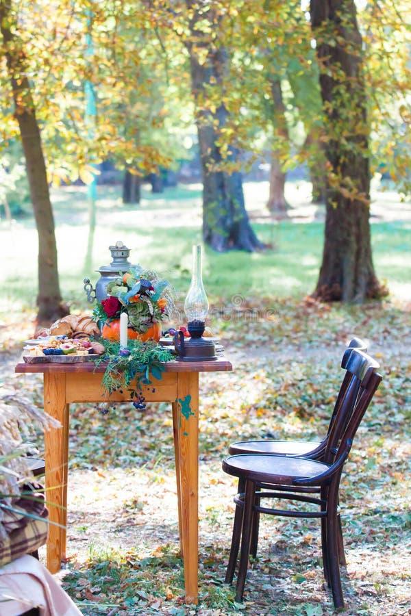 Urna de chá do whith do tea party do russo do outono imagem de stock royalty free
