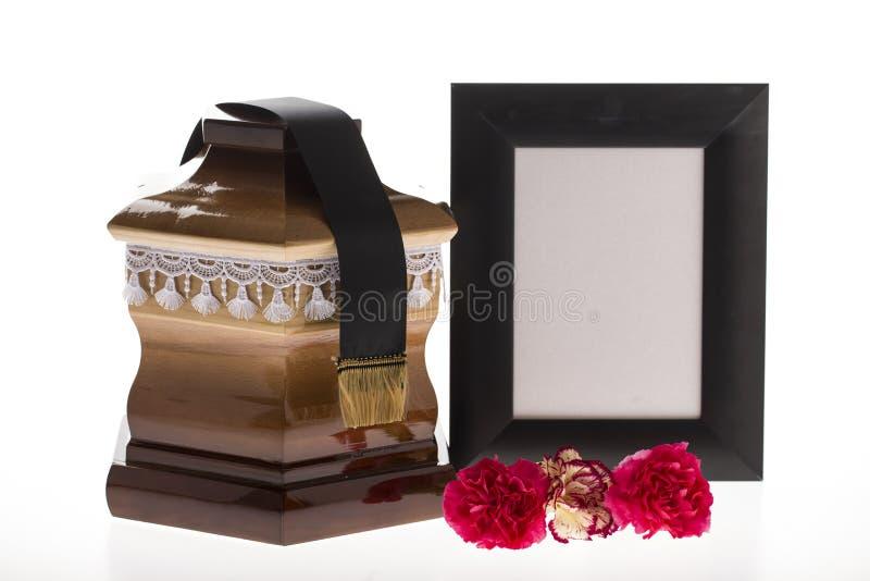 Urna de voto de madeira com quadro e a flor de lamentação vazios imagem de stock