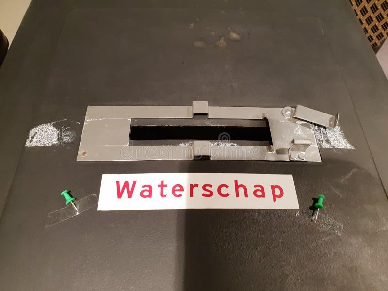 A urna de voto fechou-se com o fechamento para as eleições do Provincie e do govenmentwaterschap regionais da água em Zuidplas foto de stock royalty free