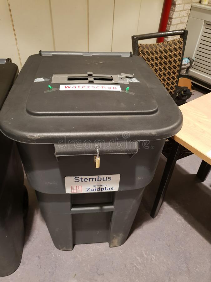 A urna de voto fechou-se com o fechamento para as elei??es do Provincie e do govenmentwaterschap regionais da ?gua em Zuidplas imagens de stock royalty free
