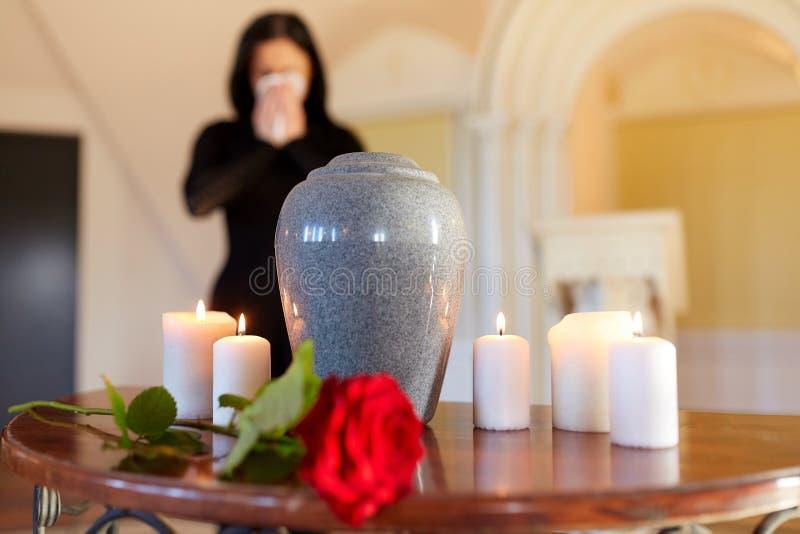 Urna e donna di cremazione che gridano nella chiesa fotografia stock libera da diritti