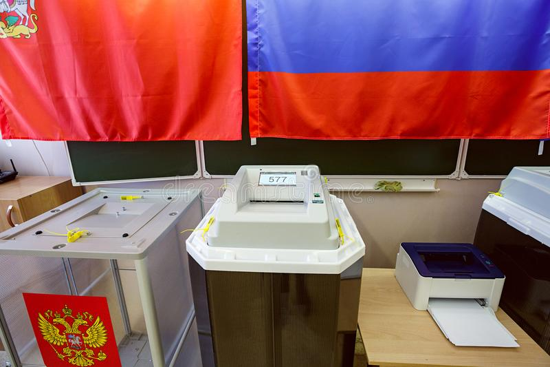 Urna electrónica con el escáner en un colegio electoral usado para las elecciones presidenciales rusas el 18 de marzo de 2018 Ciu imagen de archivo
