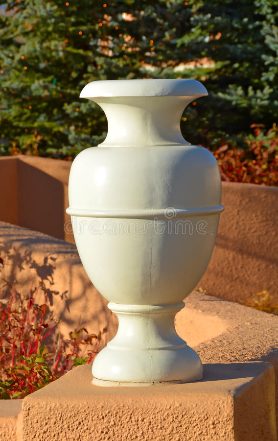 Urna Grecian fora na luz solar fotos de stock