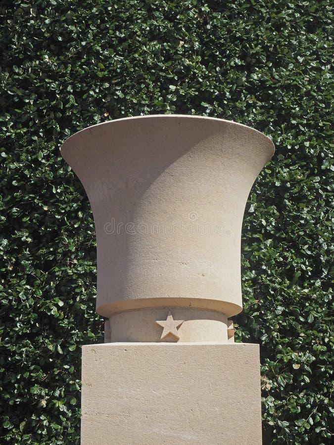 Urna på Normandie Omaha Beach Cemetery royaltyfria bilder
