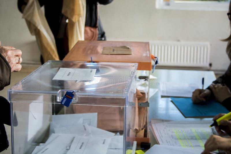 Urnas electorales en el colegio electoral en el día de elección general español en Madrid, España imagen de archivo