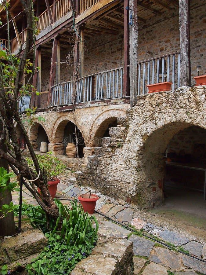 Urnas hechas a mano de la terracota debajo de los arcos de piedra, Grecia fotos de archivo libres de regalías