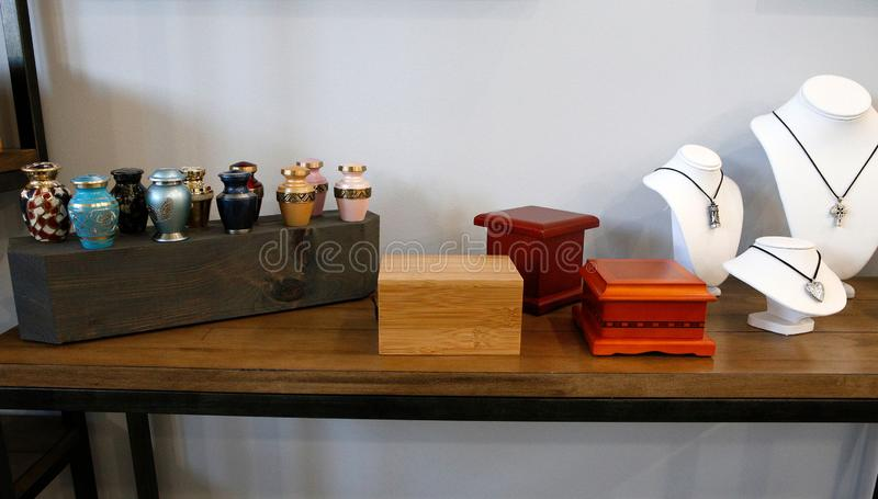 Urne adulte di cremazione su una superficie di legno immagini stock libere da diritti