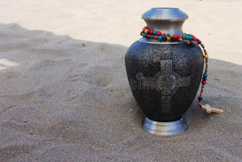 Urne dans le sable images stock