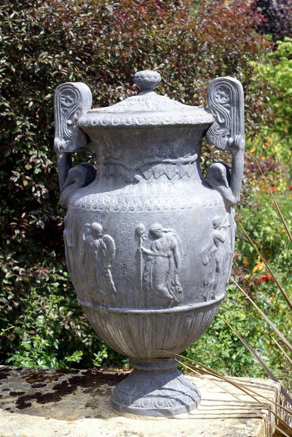 Urne fleurie de jardin de vintage photos libres de droits