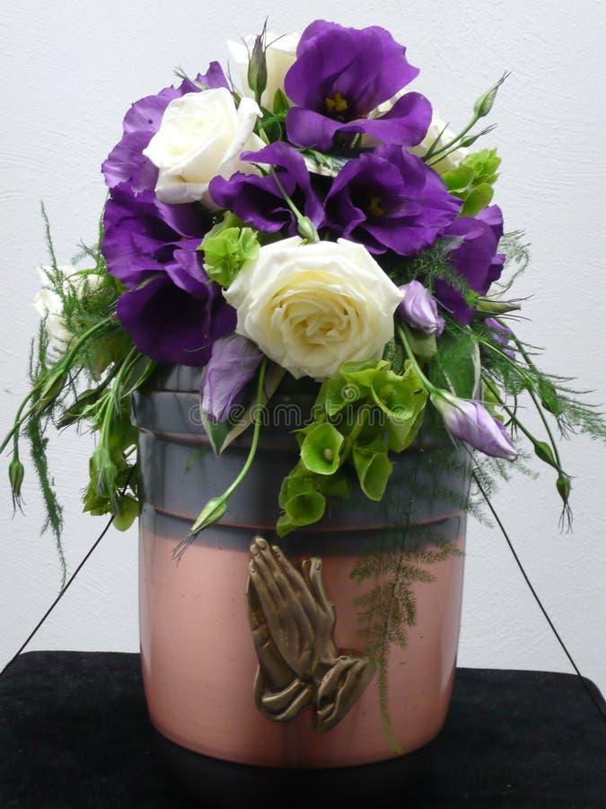 Urne verziert mit Blumen stockfotografie