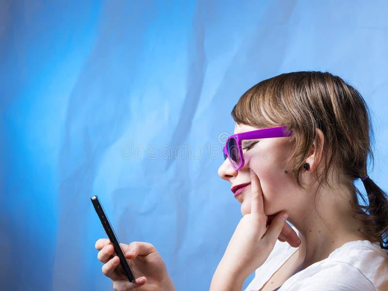 Urocza ładna robić dziewczyna z telefonem obrazy royalty free